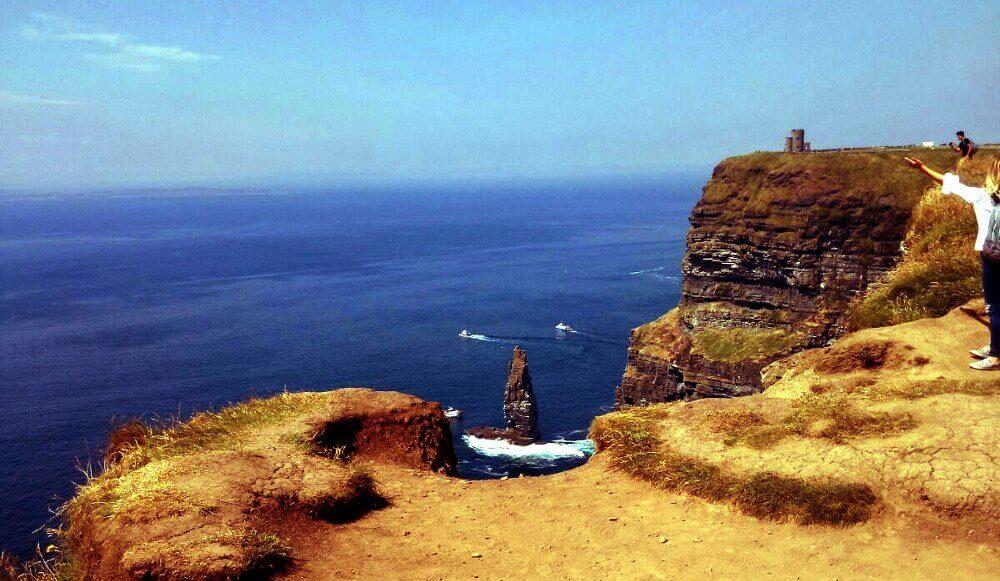 Incredibile vista dalle scogliere sulla costa occidentale dell'Irlanda verso l'oceano