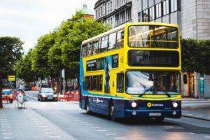 蓝黄相间的都柏林双层巴士