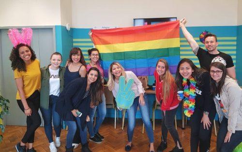 un grupo de estudiantes sonriendo